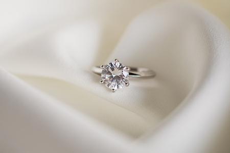 Photo pour Jewelry wedding diamond ring close up - image libre de droit