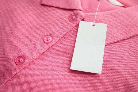 Photo pour Blank white clothes tag label on new shirt - image libre de droit