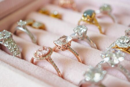Foto de Jewellery diamond rings and earrings in box - Imagen libre de derechos