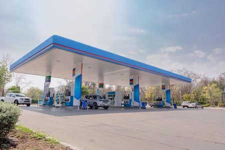 Photo pour Gas fuel station with clouds sky and sun light - image libre de droit