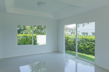 Photo pour Empty room with glass window frame house interior on concrete wall - image libre de droit