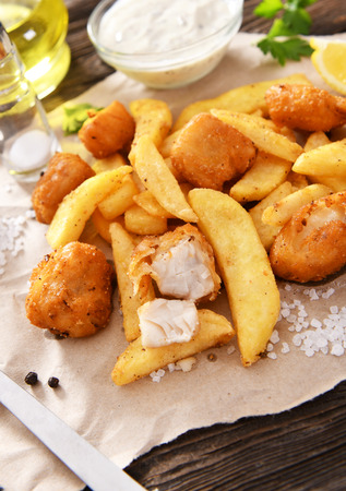Photo pour Fish and chips - traditional english fast food - image libre de droit