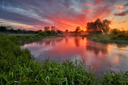 Photo pour Beautiful summer sunrise over river banks - image libre de droit