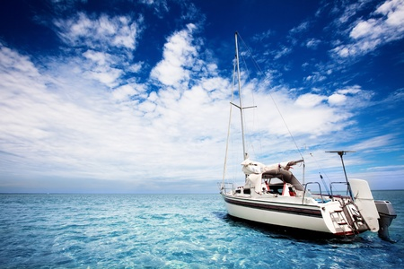 Photo pour Yachting in gorgeous tropical waters - image libre de droit