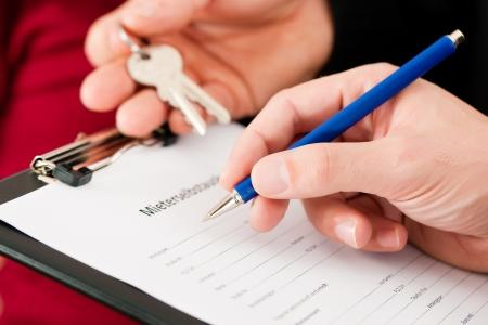 Photo pour Rent an apartment - Filling Tenant's self-disclosure (sign is written in German); close-up on form  - image libre de droit