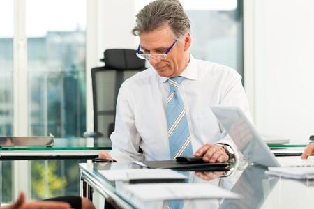 Photo pour Boss in his office checking mails - image libre de droit