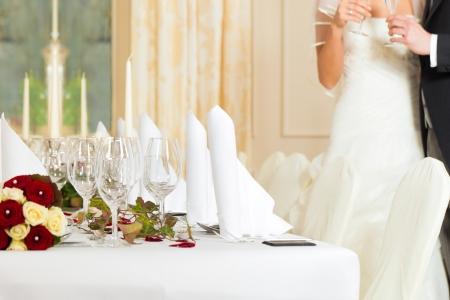 Foto de Wedding table at a wedding feast decorated with bridal bouquet - Imagen libre de derechos