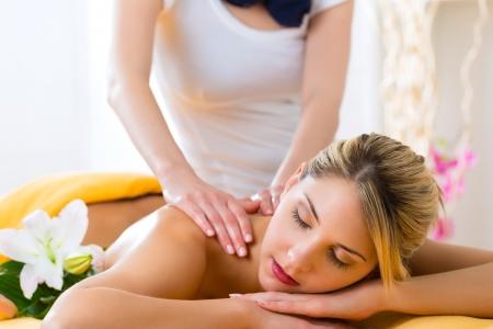 Foto de Wellness - woman receiving body or back massage in spa - Imagen libre de derechos