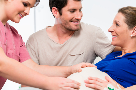 Photo pour Pregnant woman and her man in delivery room of hospital - image libre de droit