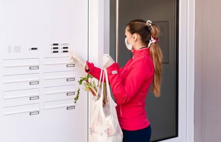 Photo pour Young woman helping neighbors by shopping groceries for people in covid-19 quarantine - image libre de droit
