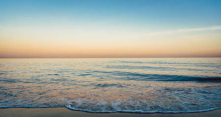 Photo pour Calm sea at dusk - image libre de droit