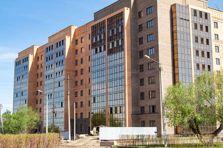 Photo pour High-rise red brick house with windows, architecture. - image libre de droit