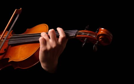 Photo pour Violin in hands of musician isolated on black background - image libre de droit