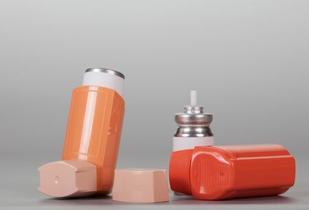 Photo pour Device for inhalation with a dispenser on gray background - image libre de droit