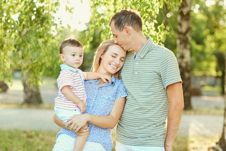 Photo pour Happy family in nature. Parents with a child play in park. - image libre de droit