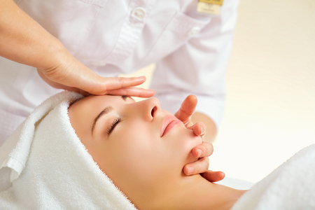 Photo pour Beautiful woman at a facial massage at a spa salon. - image libre de droit