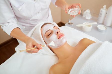 Photo pour Woman in mask on face in spa beauty salon. - image libre de droit