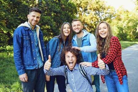 Photo pour Happy friends are laughing at the park. Friendship of young people. Lifestyle - image libre de droit