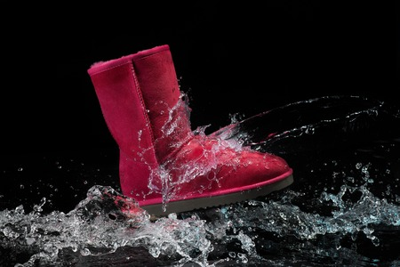 Photo pour shoes waterproof protected brown color with water droplets. Shoes wax protect shoes from water - image libre de droit