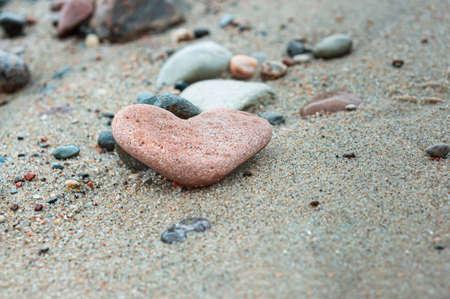 Photo pour sea stone in the shape of a heart, a heart of stone - image libre de droit