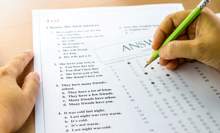Photo pour english questions and answer sheet on table with hands - image libre de droit