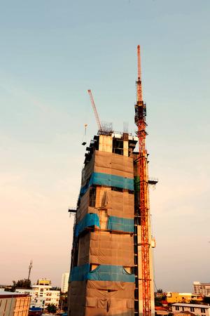 Photo pour tower under construction with crane - image libre de droit