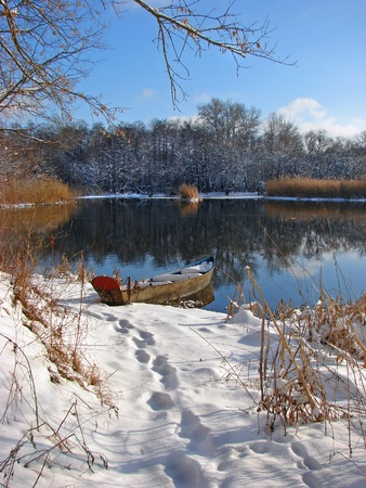 Photo pour Boat on the Ukrainian winter river                                - image libre de droit