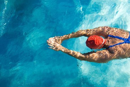 Photo pour Athletic swimmer is diving in a swimming pool - image libre de droit