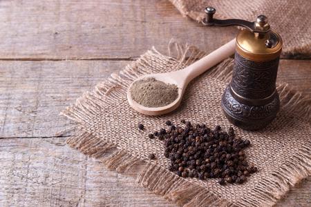 Photo pour Black pepper corns and Black pepper Powder on wooden background - image libre de droit