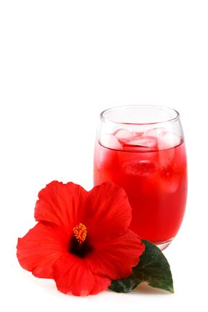 Photo pour Cold refreshing hibiscus iced ted in a glass with red flower - image libre de droit