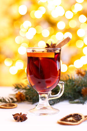 Photo pour Christmas mulled wine. Traditional German Gluhwein with spices and fruits. Hot winter drink - image libre de droit