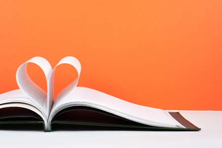 Photo pour Old open hardback book, page decorate into a heart shape for love in Valentines. love with open book heart. - image libre de droit