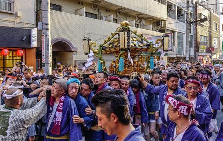 Foto de Tokyo, Japan - May 20, 2017. Procession of Mikoshi Matsuri Festival in Tokyo, Japan. Mikoshi Matsuri is one of the three great Shinto festivals of Tokyo. - Imagen libre de derechos