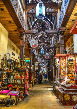 Photo pour Dubai, UAE - Dec 9, 2018. View of Souk Madinat Jumeirah in Dubai. The traditional Arab style bazaar is part of Madinat Jumeirah resort. - image libre de droit
