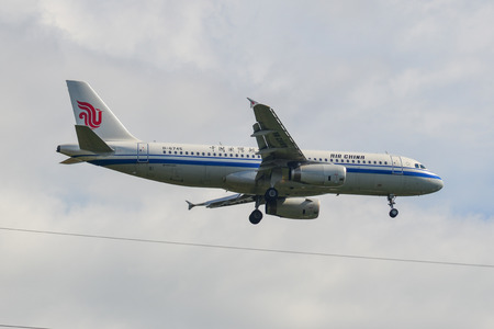 Photo pour Phuket, Thailand - Apr 4, 2019. An Airbus A320 airplane of Air China (B-6745) landing at Phuket Airport (HKT). - image libre de droit