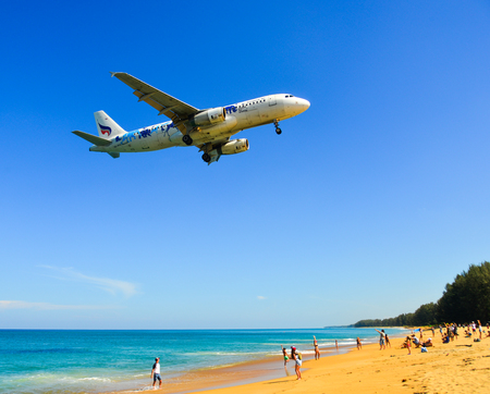 Photo pour Phuket, Thailand - Apr 4, 2019. HS-PPH Bangkok Airways Airbus A320 landing above the sand beach near Phuket Airport (HKT). - image libre de droit