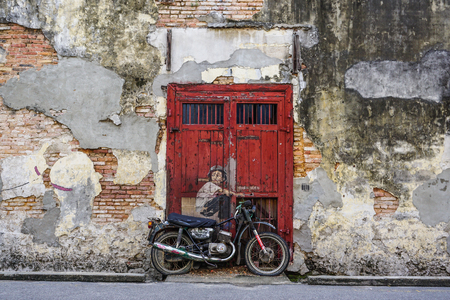 Photo pour Georgetown, Malaysia - Aug 21, 2014. Penang Street Art, Georgetown Attractions. Beautiful wall painting of children all across historical Georgetown by Ernest Zacharevic. - image libre de droit