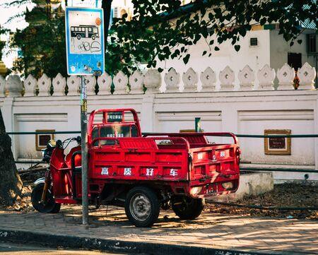 Photo pour Vientiane, Laos - Jan 29, 2020. Small truck on street in Vientiane, Laos. Vientiane is the capital and largest city of Laos, on the banks of the Mekong River. - image libre de droit