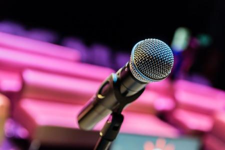 Photo pour Wireless microphone on stand. Empty audience. - image libre de droit