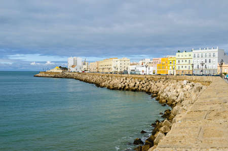 Photo pour View of the Bay of Cadiz with its waterfront promenade Avenida Campo del Sur as seen from the Cadiz Cathedral - image libre de droit