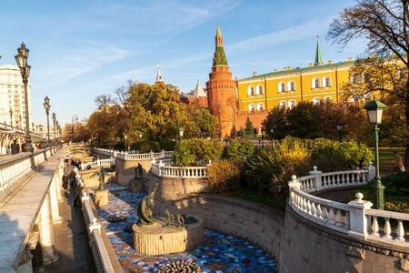 Photo pour Moscow, Russia-October 22,2018: beatuful view to the Kremlin and the Aleksandrov garden, sunny autumn day, blue sky. - image libre de droit