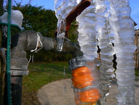 Robinet de jardin pris par la glace, stalactites