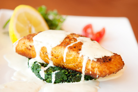 Photo pour Grilled salmon fillet with spinach and creamy sauce - image libre de droit