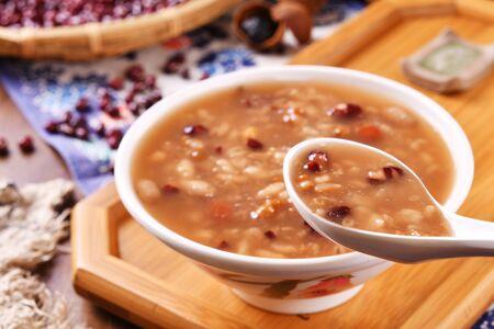Foto de Eight treasure porridge on wooden board - Imagen libre de derechos