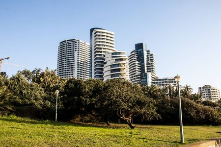 Photo pour Upmarket tall residential buildings and hotels line the beach in umhlanga rocks, kwazulu-natal south africa - image libre de droit