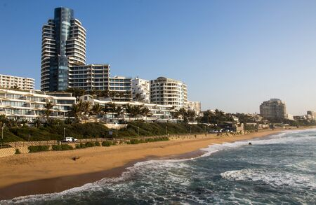 Photo pour Residential buildings and hotels line the shoreline in upmarked umhlanga rocks, kwazulu-natal south africa - image libre de droit