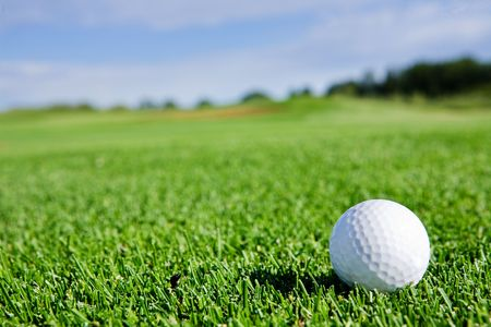 Foto per A golf ball sitting on a fairway - Immagine Royalty Free