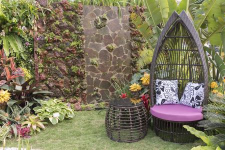Photo pour seat in flower garden - image libre de droit