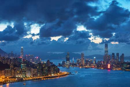 Photo pour Victoria harbor of Hong Kong city at dusk - image libre de droit
