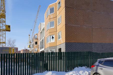 Photo pour Construction in progress. Residential multi-storey building. House and crane. - image libre de droit